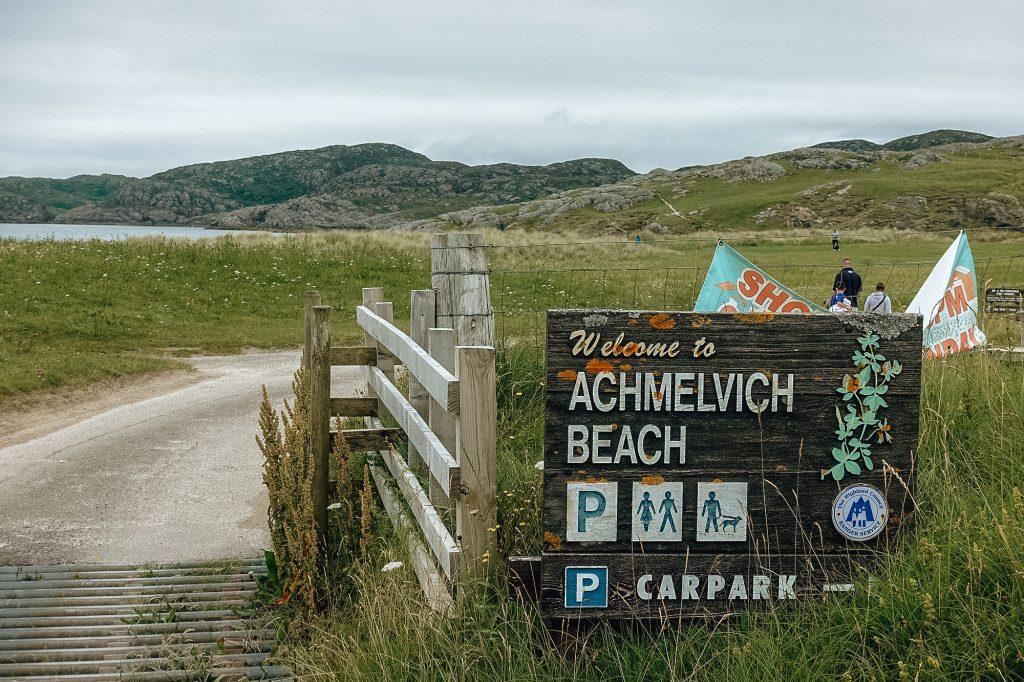 Entrée de la plage Achmelvich en Écosse