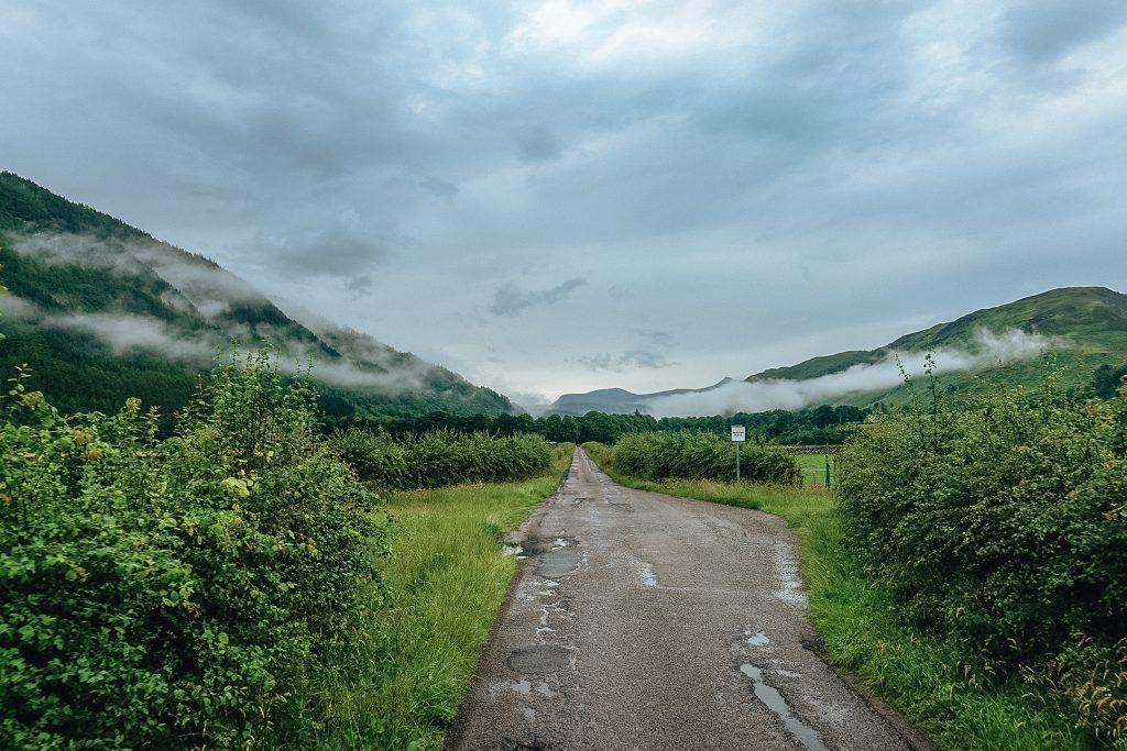 Route sombre et pluvieuse de l'Écosse